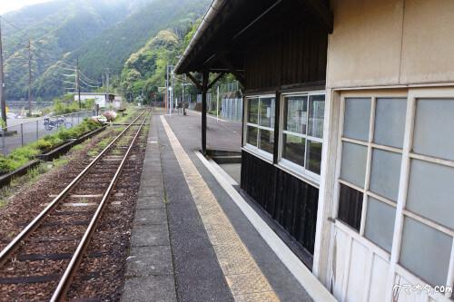 夏目友人帳聖地瀬戸石駅待合室側面